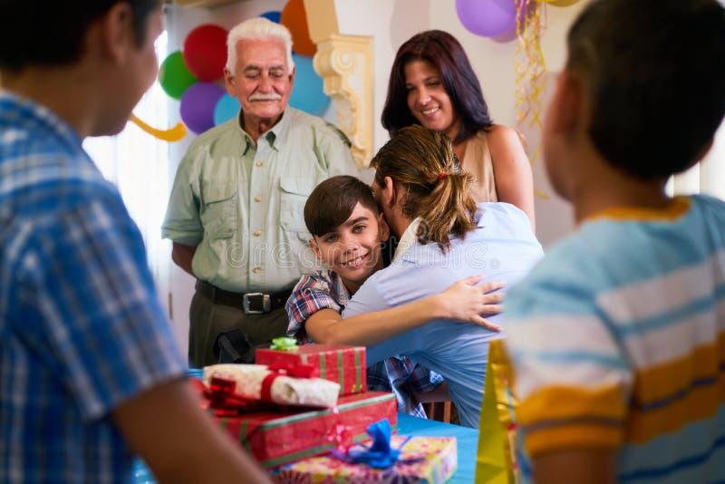 Porträt des Kindes mit der Familie und Freunden, die Geburtstag feiern lizenzfreie stockfotos