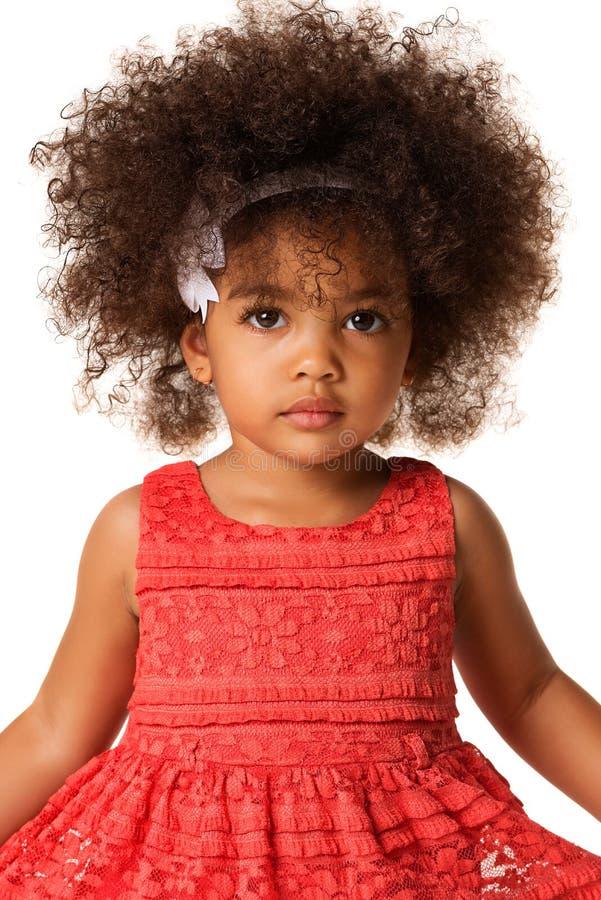 Porträt des kleinen Afroamerikanermädchens im Studio, lokalisiert stockbild