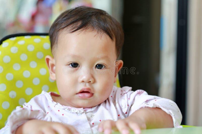 Porträt des kleinen asiatischen Babys mit Rotzlaufender nase Selektiver Fokus lizenzfreie stockfotografie