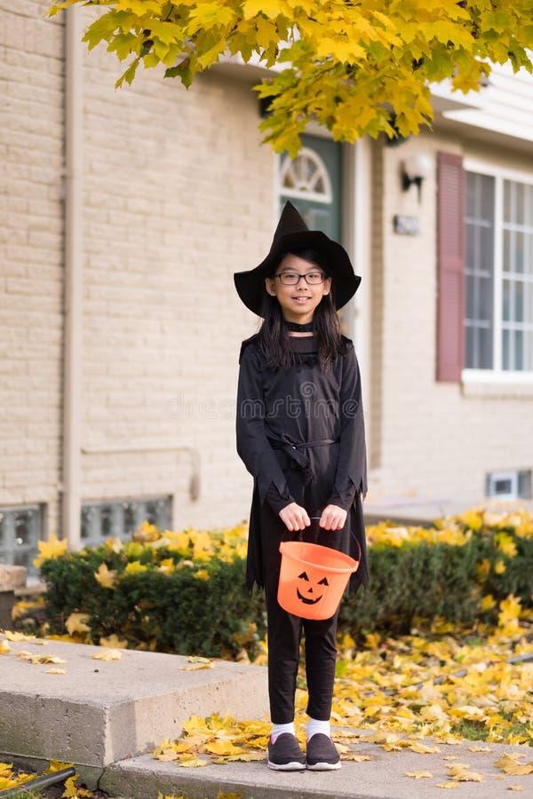 Porträt des kleinen asiatischen Mädchens im Hexenkostüm lizenzfreies stockfoto