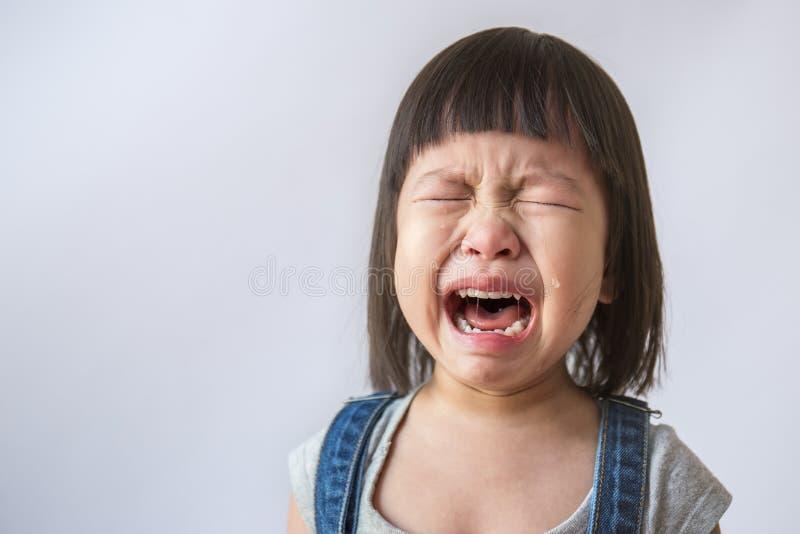 Porträt des kleinen asiatischen schreienden Mädchens wenig Rollen zerreißt weinendes Gefühl stockfoto