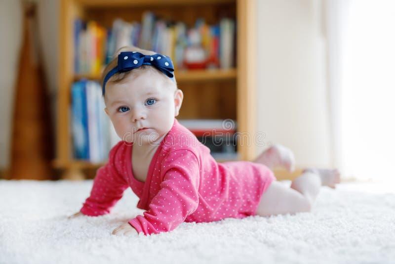 Porträt des kleinen kleinen Babys von 5 Monaten zuhause zu Hause lizenzfreies stockbild