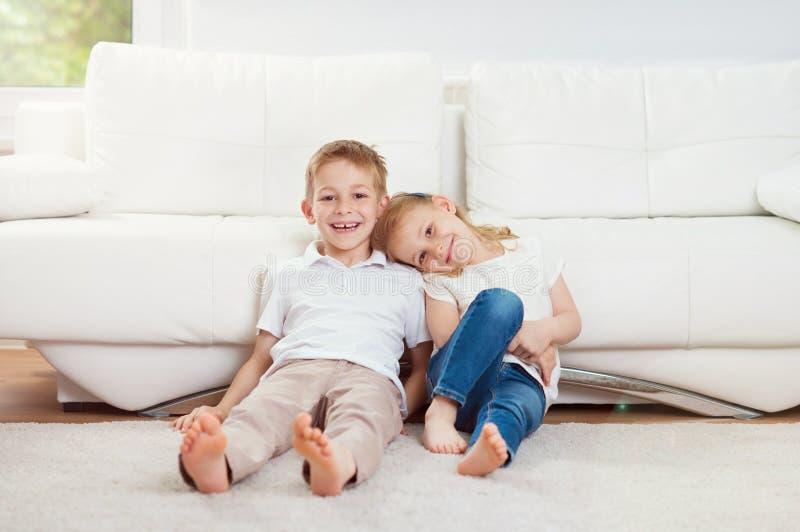 Porträt des kleinen Bruders und der Schwester, die Spaß zusammen an ho hat lizenzfreie stockbilder