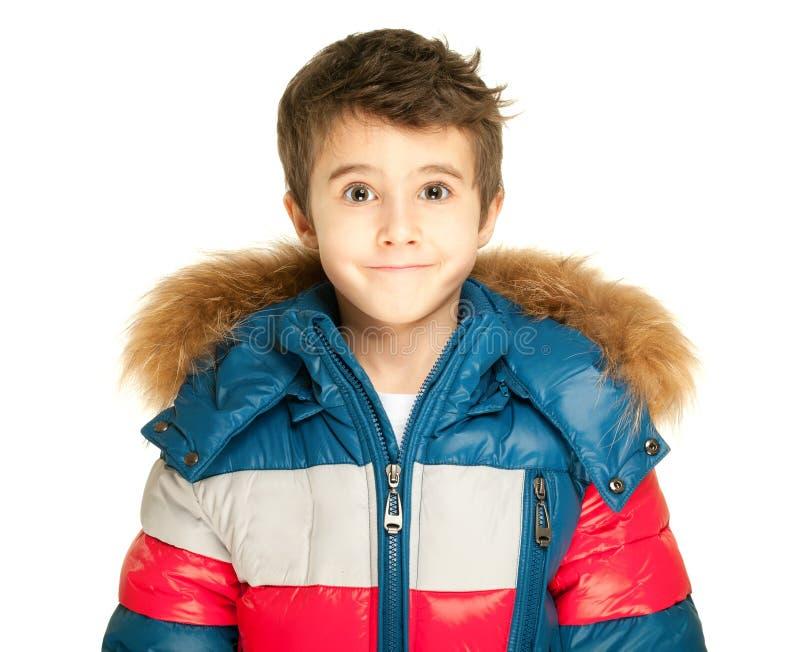 Porträt des kleinen Jungen in der Winterjacke lokalisiert auf Weiß stockfotografie