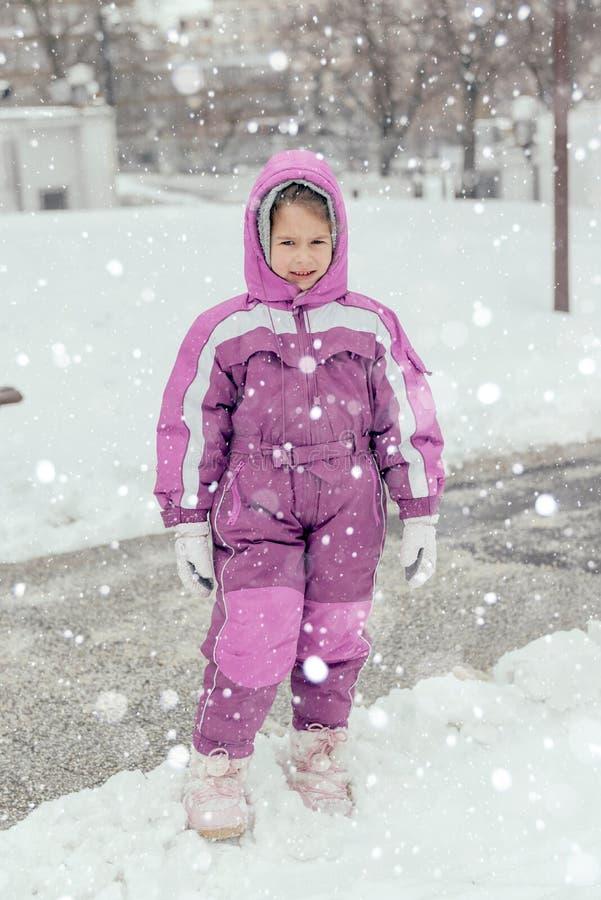 Porträt des kleinen Kindes im Freien lizenzfreies stockbild