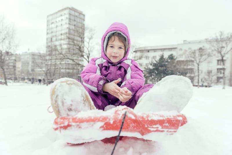 Porträt des kleinen Kindes im Freien stockbild
