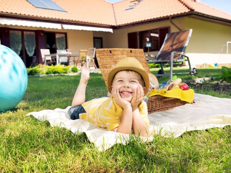 Porträt des kleinen Kindes stillstehend auf der Decke stockfoto