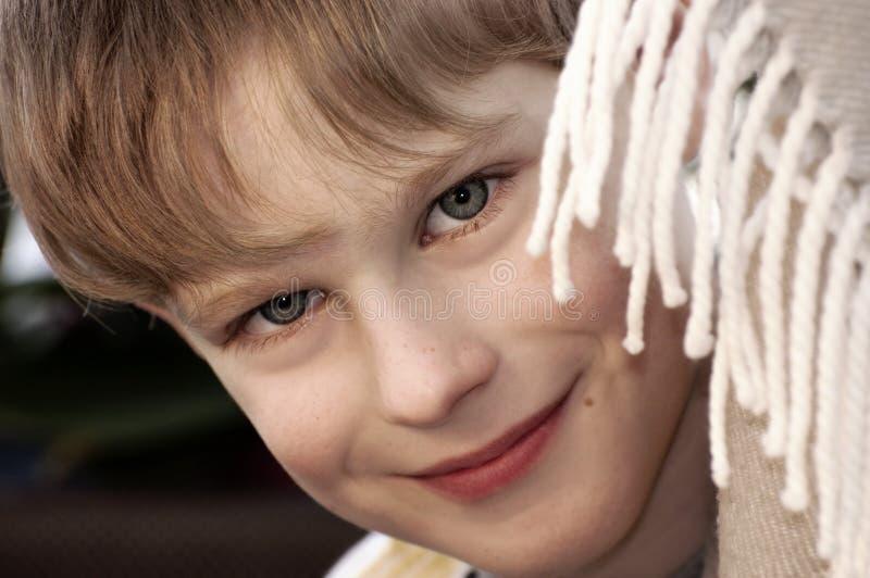 Porträt des kleinen lächelnden Jungen stockfotos
