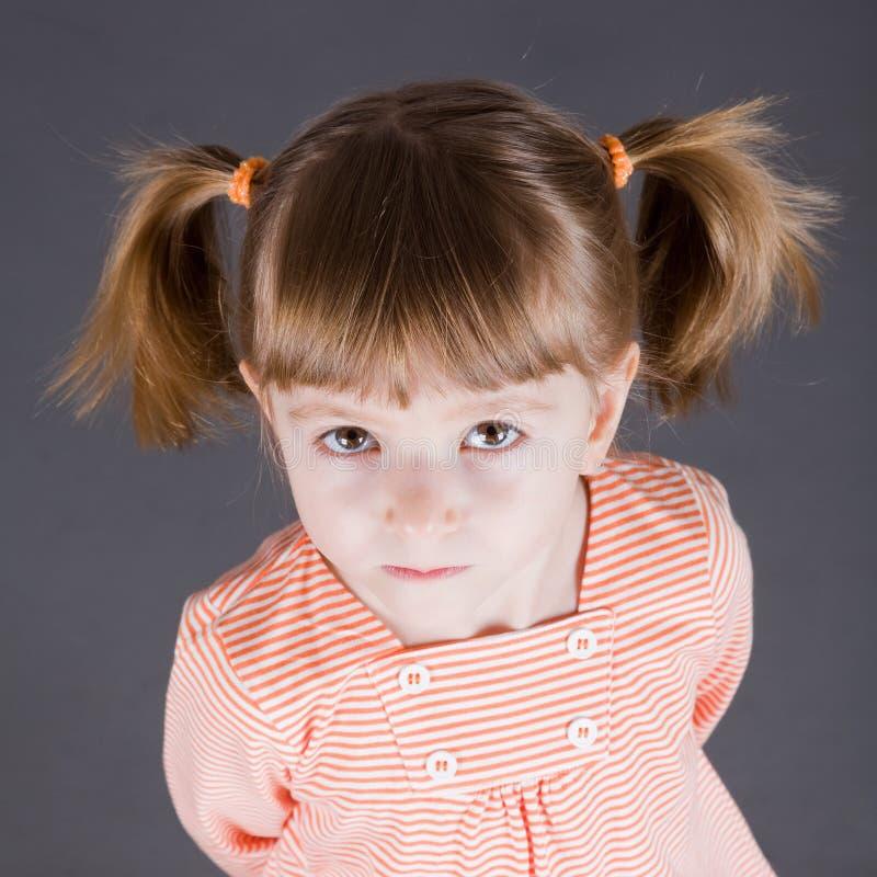 Porträt des kleinen lächelnden Mädchens stockbild