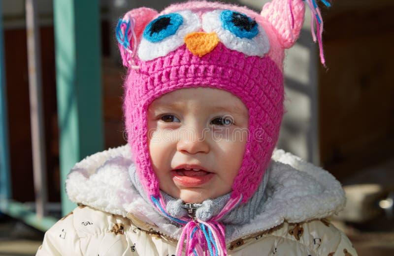 Porträt des kleinen Mädchens auf Weg stockbilder