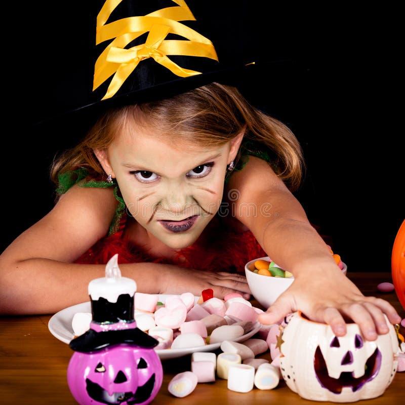 Porträt des kleinen Mädchens in der Kostümhexe auf Halloween stockbilder
