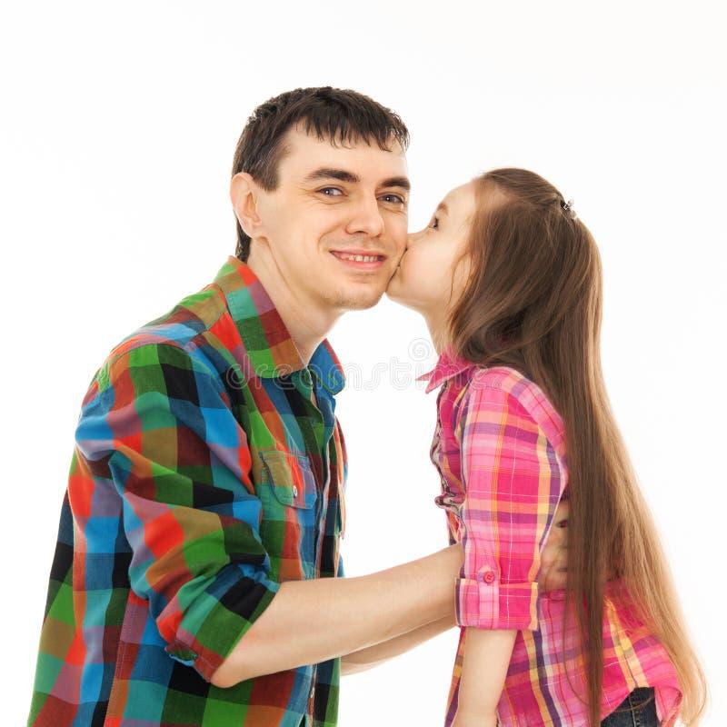 Porträt des kleinen Mädchens ihren Vater küssend stockfotos
