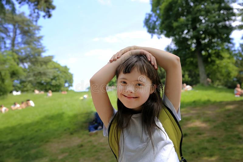 Porträt des kleinen Mädchens im Park lizenzfreie stockfotografie