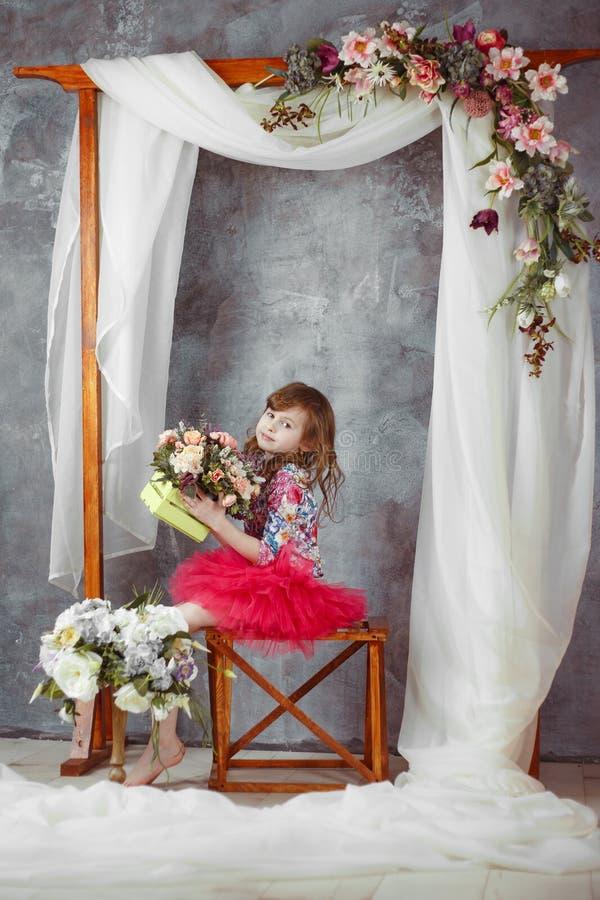 Porträt des kleinen Mädchens im rosa Ballettröckchen unter dekorativem Heiratsbogen lizenzfreies stockfoto