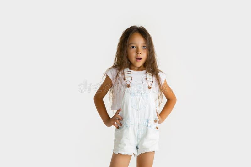 Porträt des kleinen Mädchens lokalisiert auf weißem Studiohintergrund stockbilder