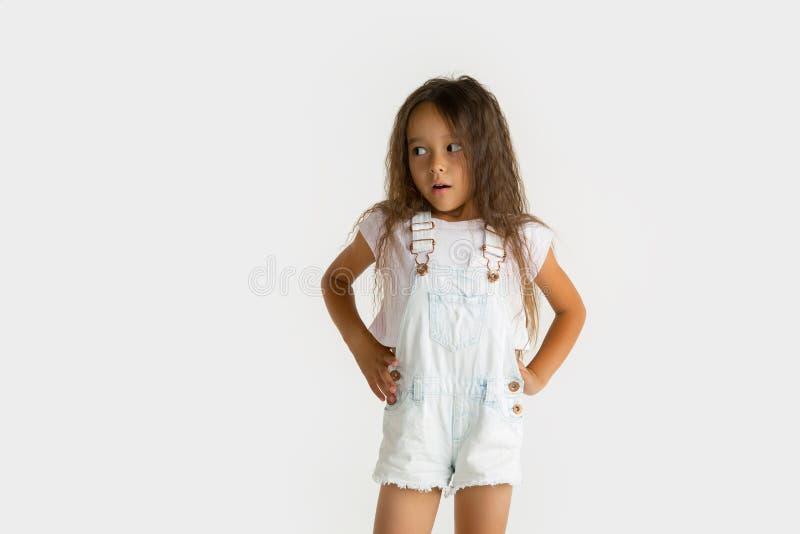 Porträt des kleinen Mädchens lokalisiert auf weißem Studiohintergrund stockfoto
