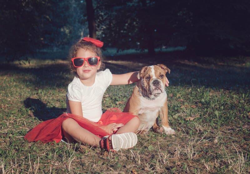 Porträt des kleinen Mädchens mit ihrem Haustier stockfotografie