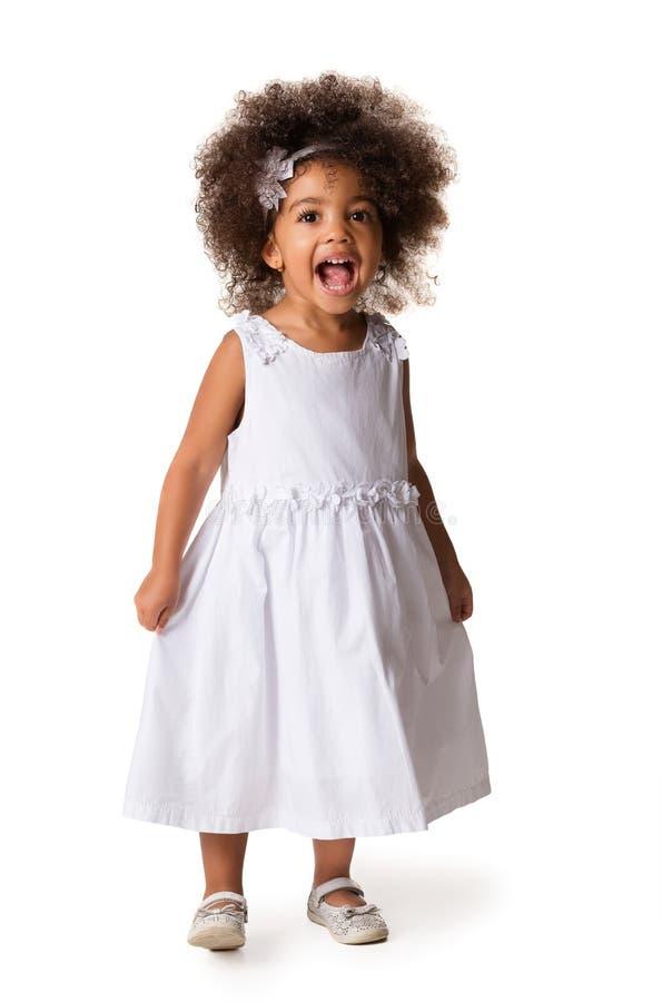 Porträt des kleinen netten Afroamerikanermädchens, lokalisiert stockfotografie