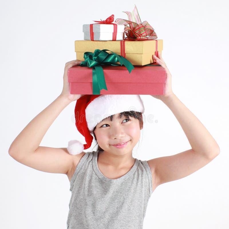 Porträt des kleinen netten asiatischen Mädchens, das roten Hut trägt stockfoto