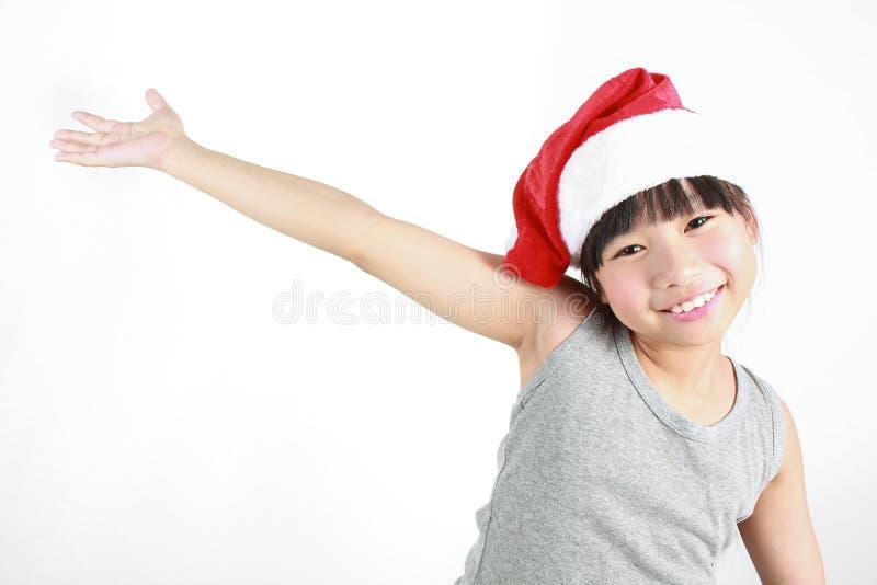 Porträt des kleinen netten asiatischen Mädchens, das roten Hut trägt stockfotos
