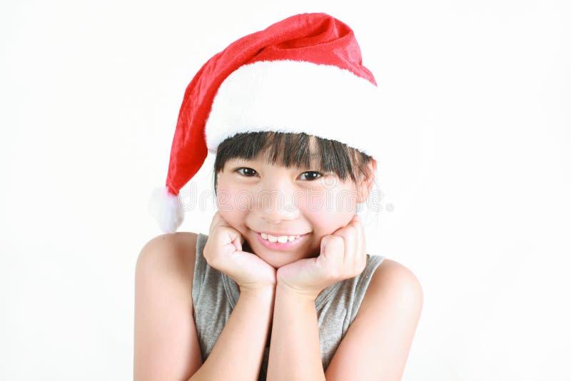 Porträt des kleinen netten asiatischen Mädchens, das roten Hut trägt lizenzfreie stockbilder