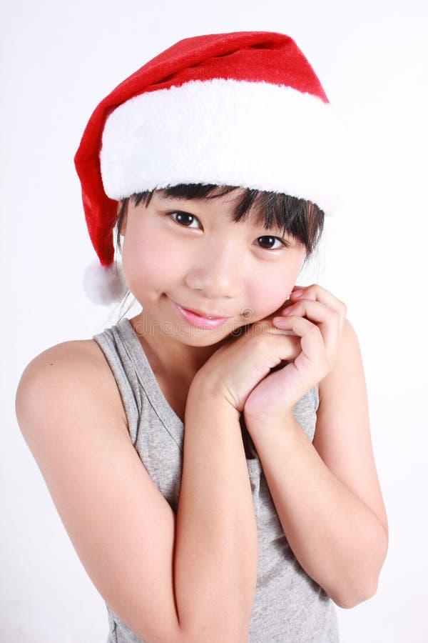 Porträt des kleinen netten asiatischen Mädchens, das roten Hut trägt stockbild