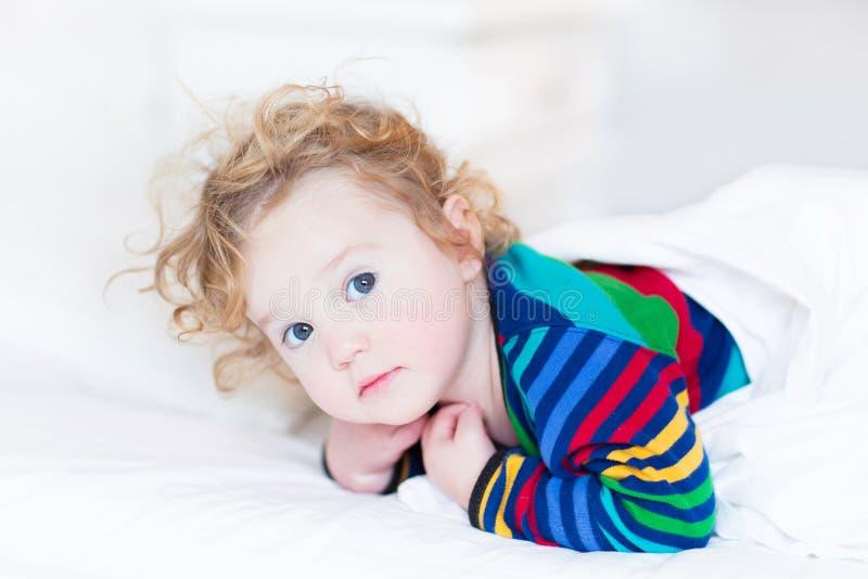 Porträt des Kleinkindmädchens wachte gerade früh am Morgen auf lizenzfreies stockbild