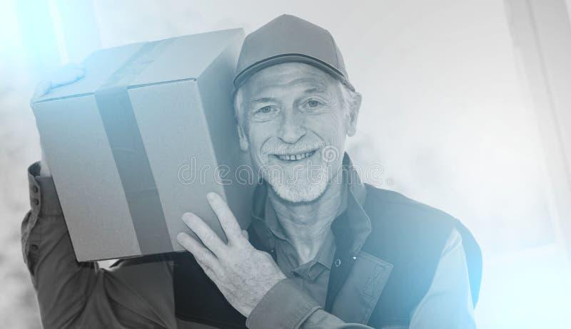 Porträt des lächelnden älteren Befreiers; Mehrfachbelichtung stockbild