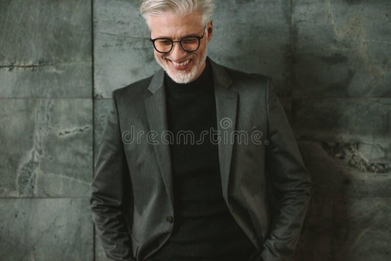 Porträt des lächelnden älteren Geschäftsmannes lizenzfreies stockfoto