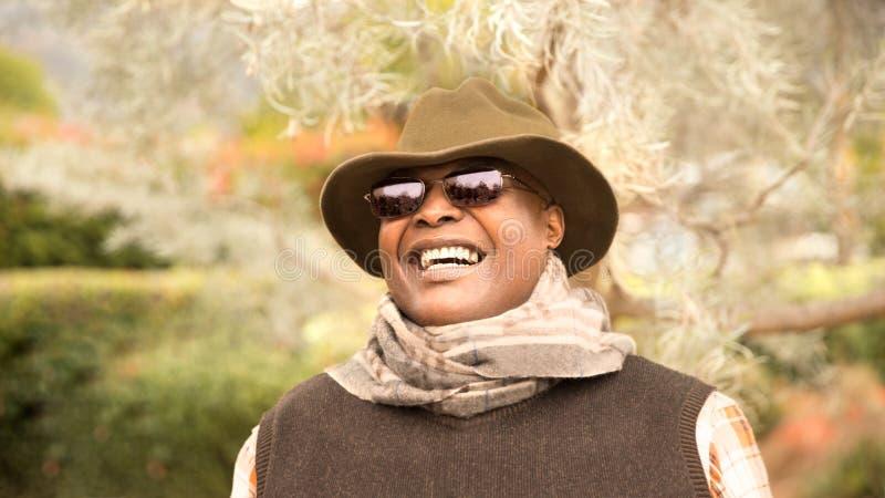 Porträt des lächelnden afro-amerikanischen Mannes draußen stockfoto