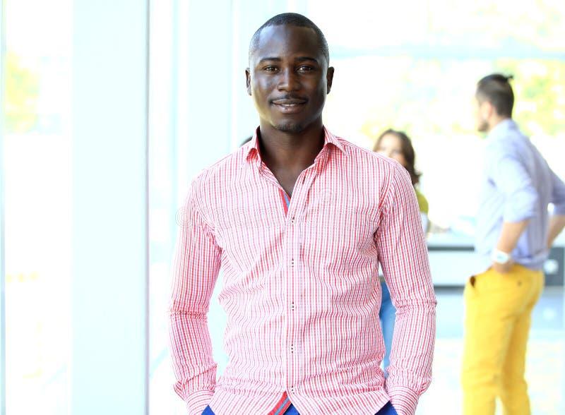 Porträt des lächelnden AfroamerikanerGeschäftsmannes stockfotos