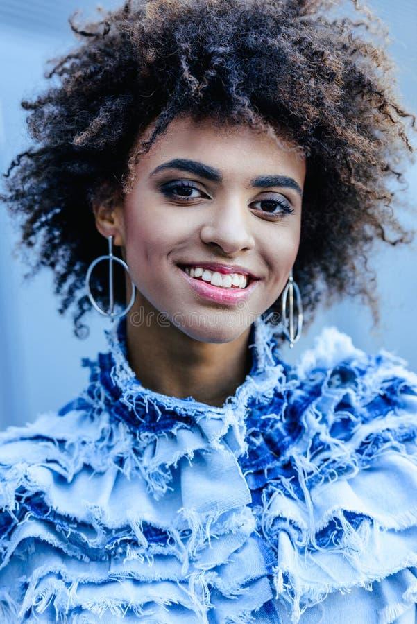 Porträt des lächelnden Afroamerikanermädchens lizenzfreies stockbild
