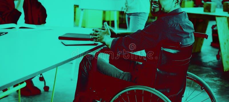 Porträt des lächelnden arbeitsunfähigen Unternehmensleiters im Rollstuhl bei der Sitzung stockbild