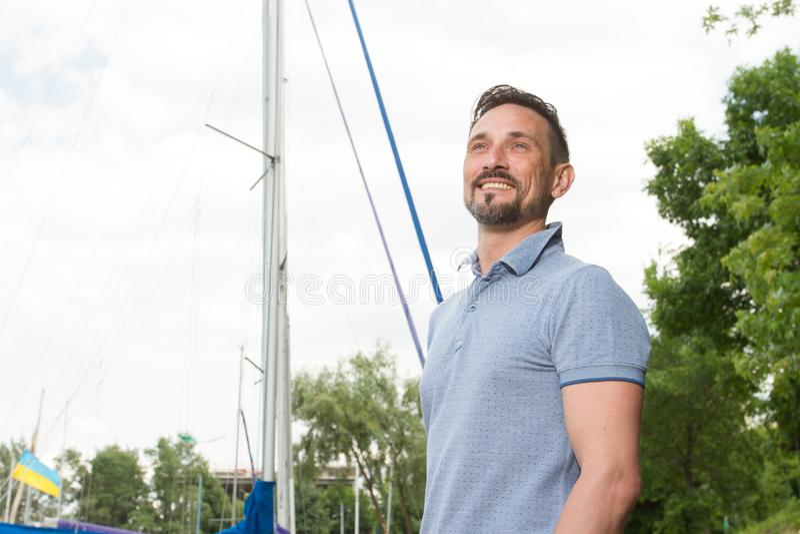 Porträt des lächelnden bärtigen Seemanns Glückliche Mannliebesabenteuer mit Bootfahrt Sommerzeitmannferien-Abenteuerkonzept lizenzfreies stockfoto