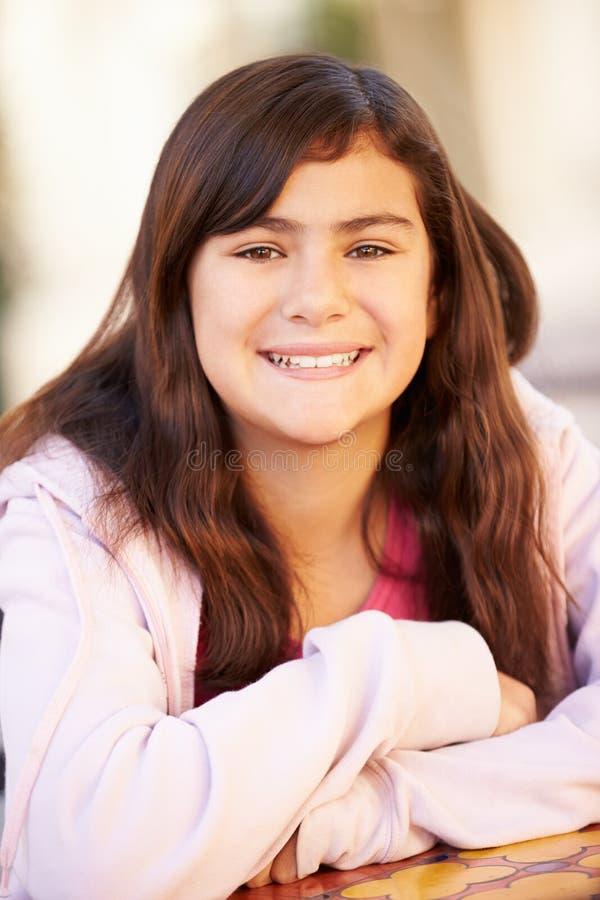 Porträt des lächelnden hispanischen Mädchens stockfotografie