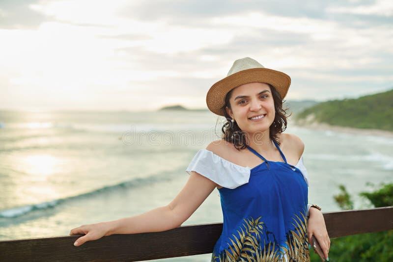 Porträt des lächelnden hispanischen Mädchens stockfotos