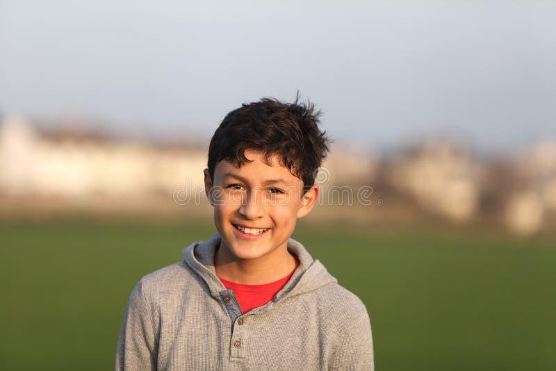 Porträt des lächelnden jugendlich Jungen nahe Sonnenuntergang lizenzfreie stockfotografie