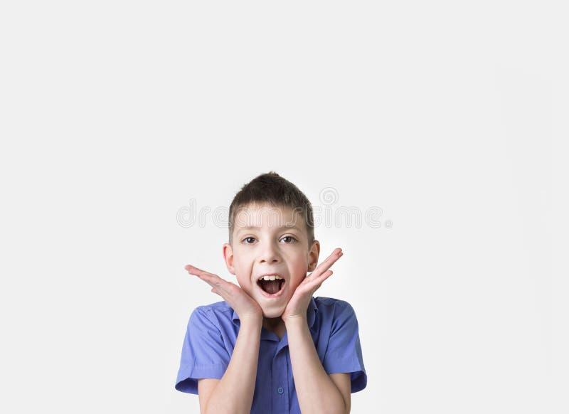 Porträt des lächelnden jugendlich Jungen Tragendes T-Shirt des glücklichen Jugendlichen stockfotos