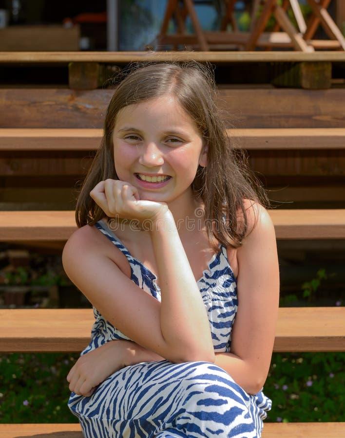 Porträt des lächelnden jugendlich Mädchens der schönen Junge, im Freien stockfotografie