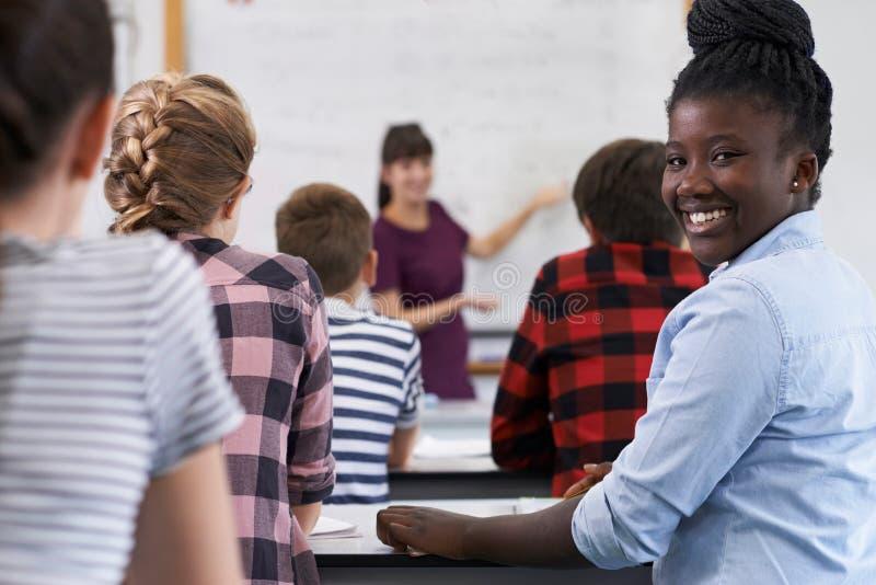 Porträt des lächelnden Jugendschülers in der Klasse lizenzfreies stockbild