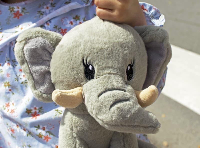 Porträt des lächelnden kleinen Mädchens mit einem Teddybärelefanten lizenzfreies stockfoto