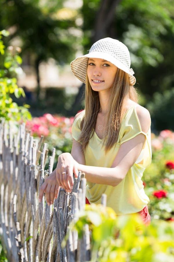 Porträt des lächelnden langhaarigen Mädchens lizenzfreie stockbilder