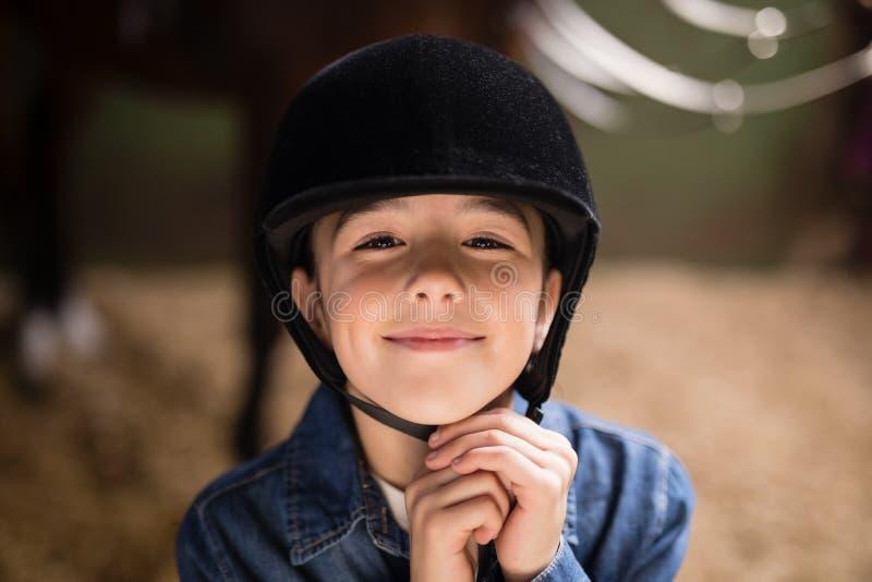 Porträt des lächelnden Mädchenbefestigungssturzhelms lizenzfreies stockfoto