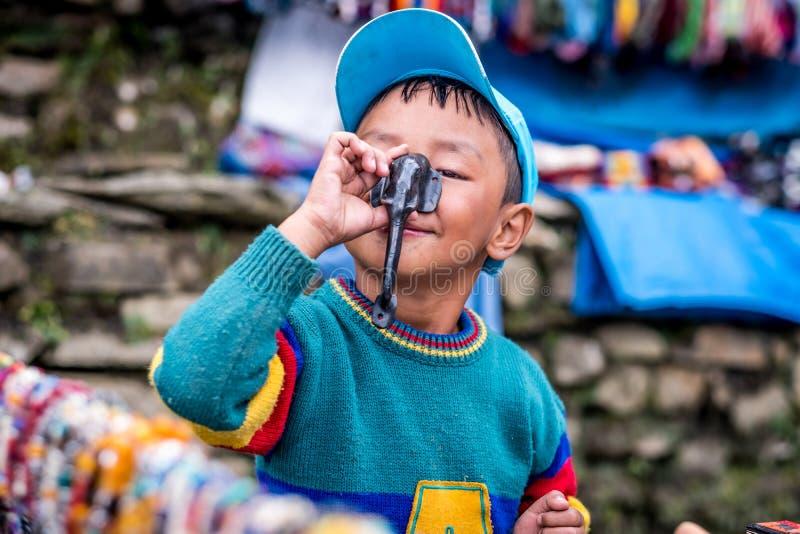 Porträt des lächelnden nepalesischen Jungen, Annapurna-Stromkreisbahn lizenzfreie stockfotos