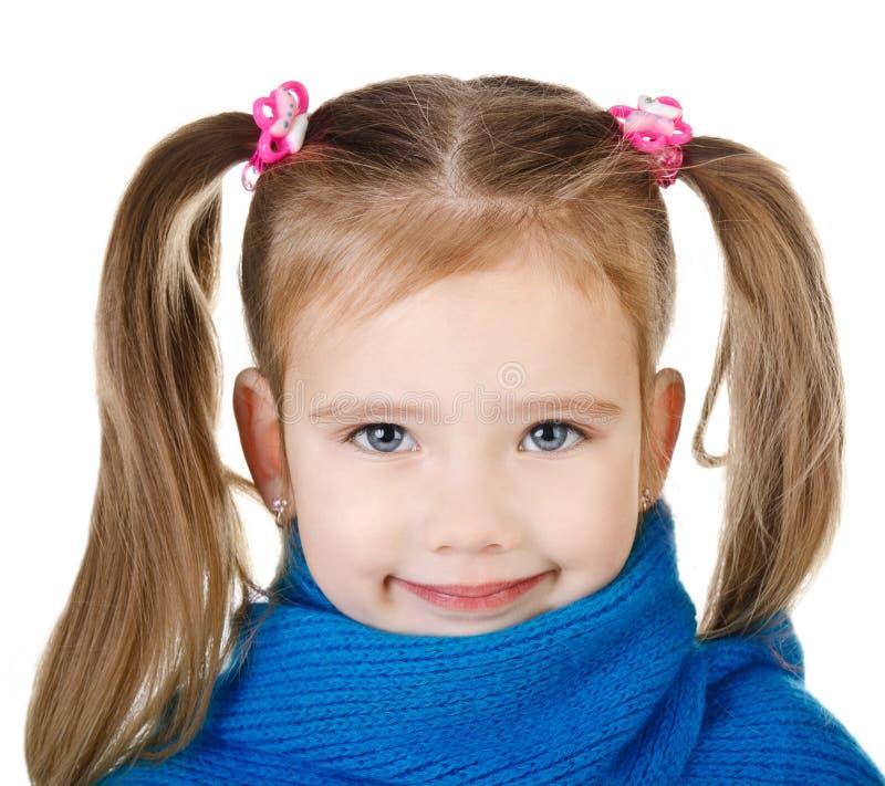 Porträt des lächelnden netten kleinen Mädchens im blauen Schal lizenzfreie stockfotos