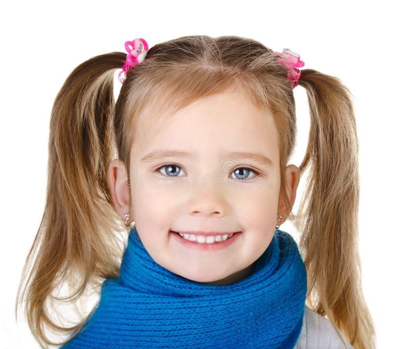 Porträt des lächelnden netten kleinen Mädchens im blauen Schal stockfotos