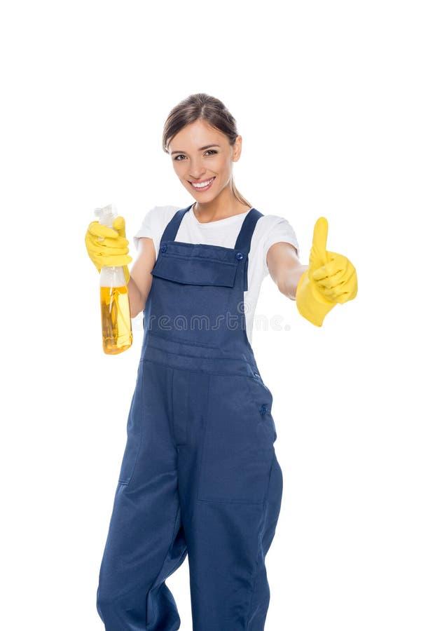 Porträt des lächelnden Reinigers mit dem Reiniger in der Hand, der sich Daumen zeigt lizenzfreies stockfoto