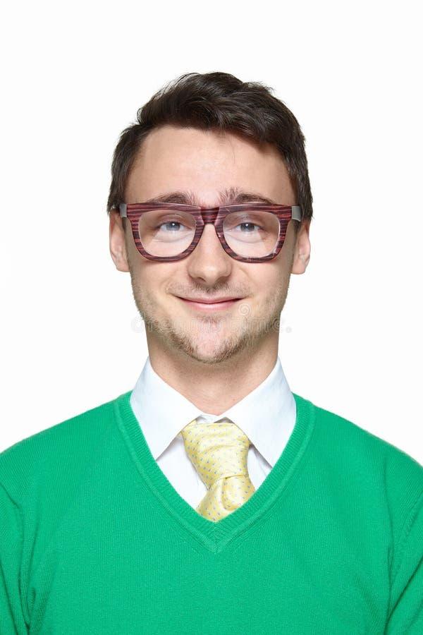 Porträt des lächelnden sonderbaren jungen Mannes stockbilder