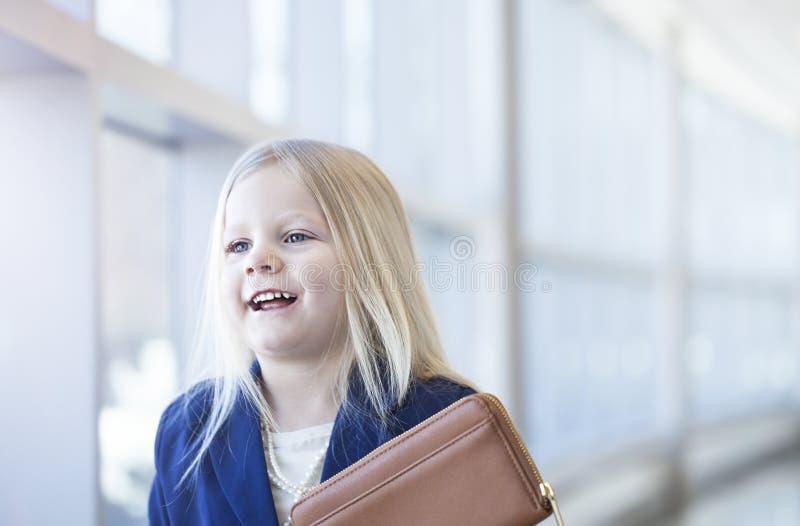Porträt des lächelnden tragenden Matrosen des kleinen blonden Mädchens lizenzfreie stockfotografie