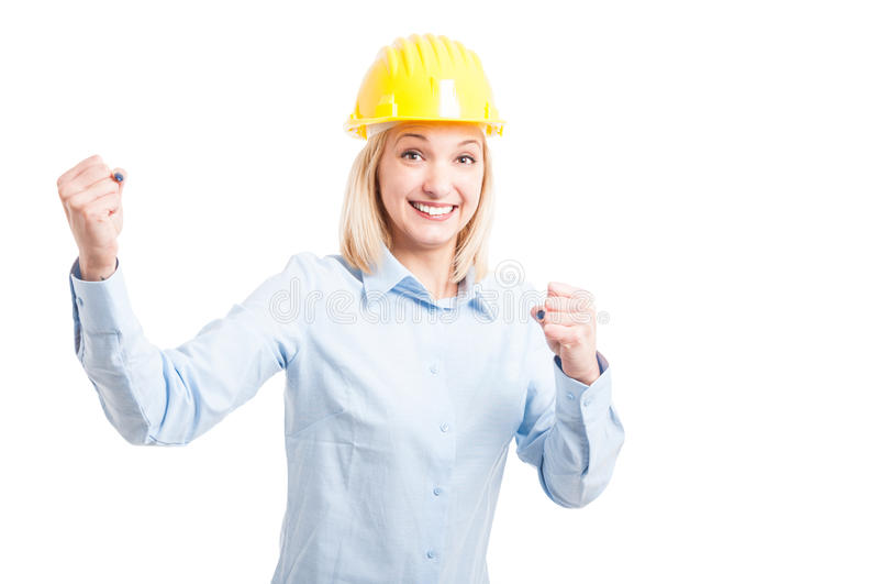 Porträt des lächelnden weiblichen Ingenieurs, der Erfolgsgeste macht stockfotos